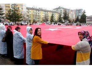 Kadınlar Milli İrade Meydanında Dev Bayrak Açtı