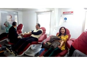 Sağlıkçılar kızılaya kan bağışladı