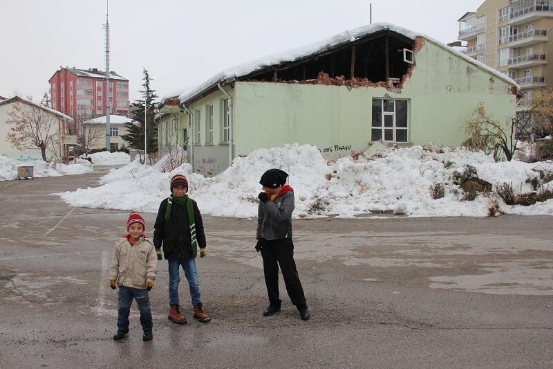 Boşaltılan okulun çatı duvarı yıkıldı