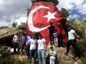Şehitler anısına kayalığa türk bayrağı çizdile