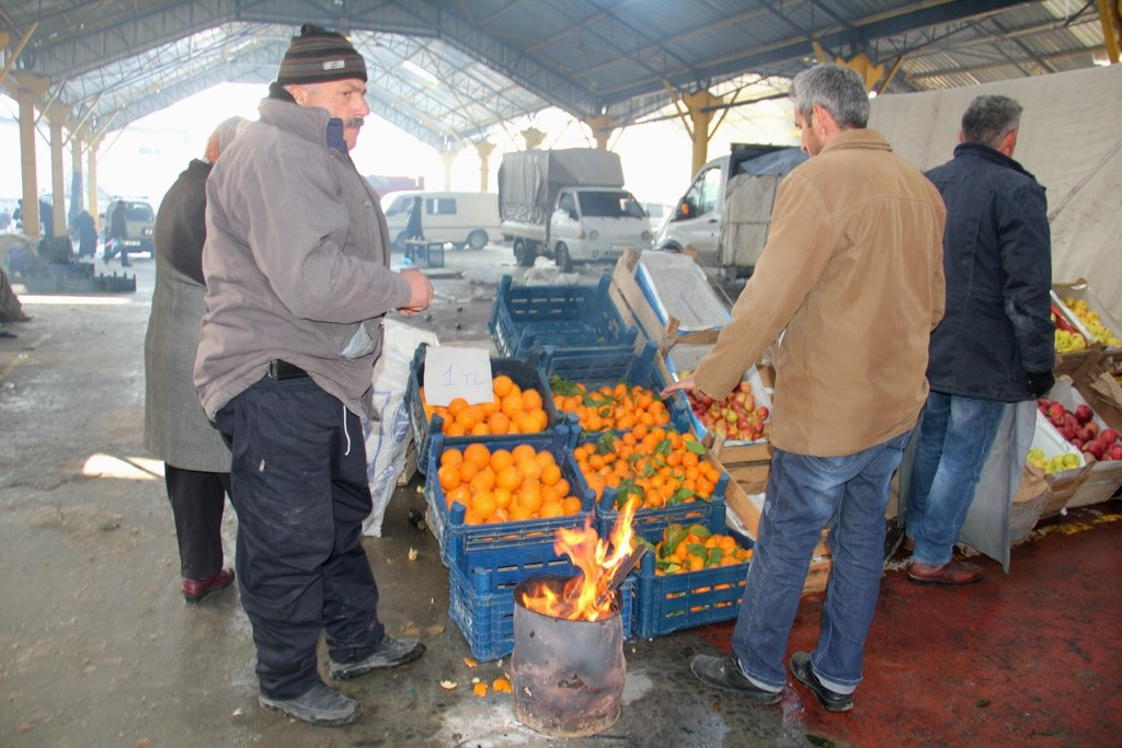 Pazarcıların soğukla mücadelesi