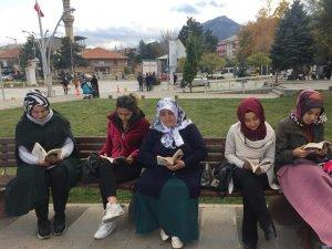 Seydişehirli Gençler Hükümet Konağı Önünde Kitap Okudu