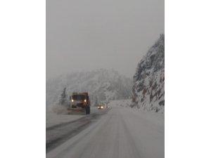Yoğun kar yağışına rağmen Antalya yolu açık