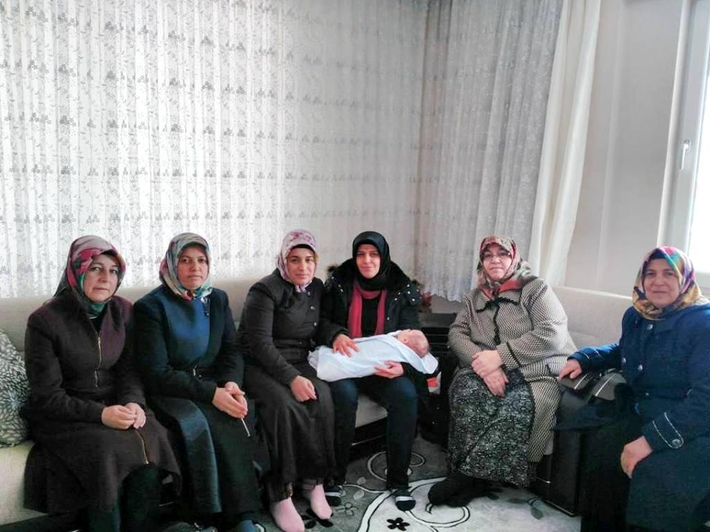 AK Partili kadınlar bebek görme ziyaretinde