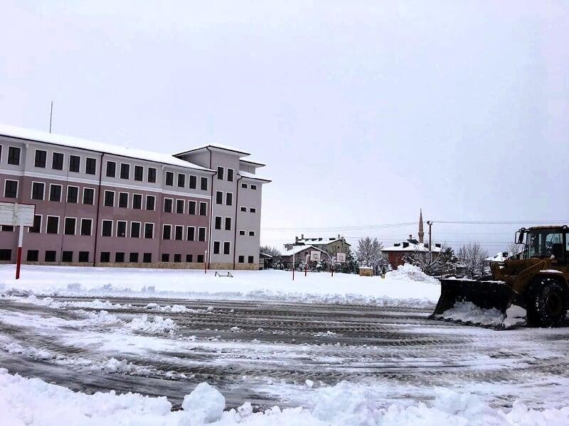 Belediye okul bahçelerinde kar temizliği yapıyor