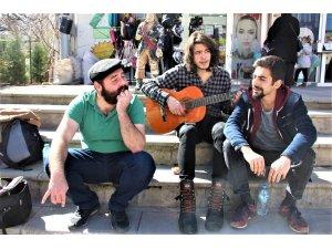 Seydişehir'de öğrencilerin sokak konserleri