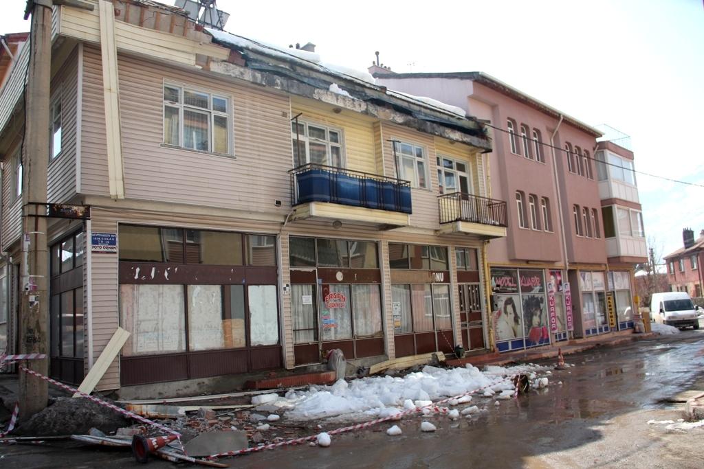 Çatıdaki kar kütlelesi hasara yol açtı