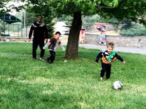 Çocuklar kuğulu parkta çok mutlu