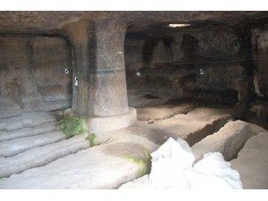 Roma mezar kalıntısı kaderine terk edildi