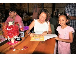 Ünüvar, kitaplarını imzaladı