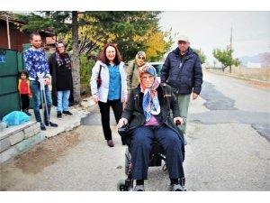 Engelli Fatma'nın akülü sandalye sevinci