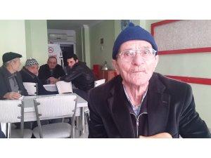 87'lik şair kahvehanelerde şiirlerini söylüyor